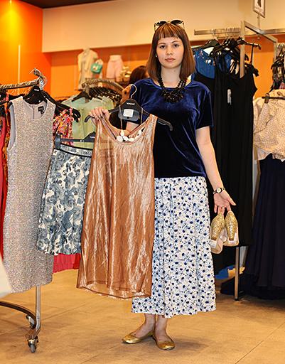 Выбор Марии: бронзовый топ, юбка с цветочным принтом и белое керамическое ожерелье.