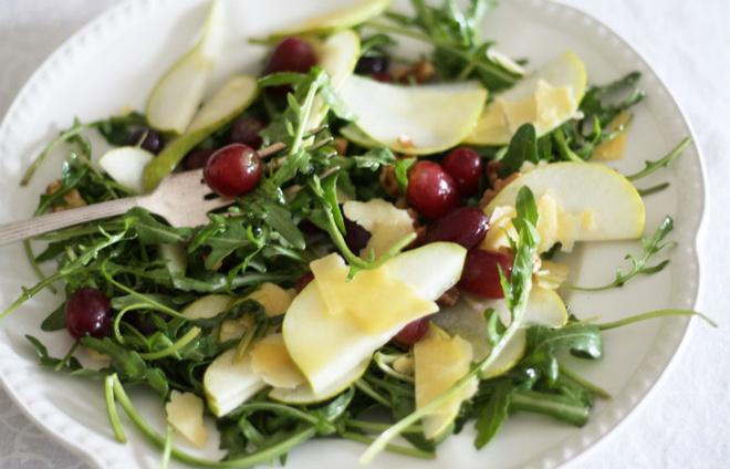 Салат из руколы с грушей