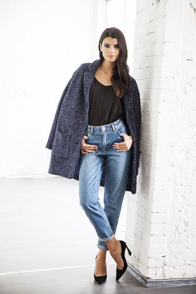 Топ, Next.com.ru, 299 руб.; джинсы, Topshop, 2 899 руб.; пальто, Marc Сain, 34 950 руб.; туфли, Dior, 30 000 руб.