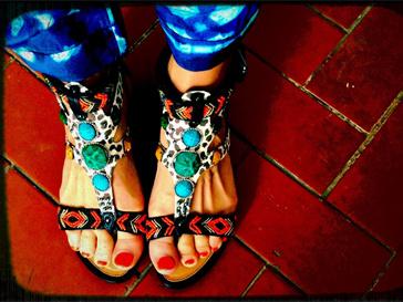 Вместо туфель на шпильке Алена Водонаева носит оригинальные варианты на плоской подошве.