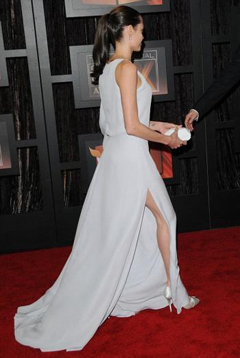 Платье Анджелины эффектно подчеркивало стройные ножки актрисы