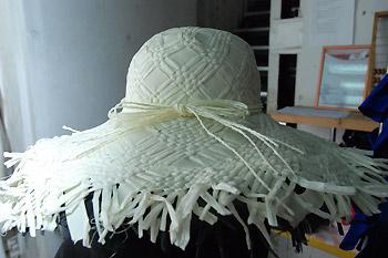 Соломенная шляпа очень нас впечатлила! Захотелось лета, на золотой берег океана, пляжных вечеринок и киловатт солнца.