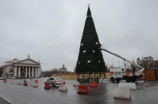 Центр Волгограда заканчивают украшать к Новому году