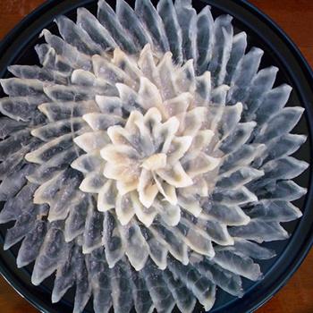 Филе необходимо нарезать тончайшими пластинками (не толще бумаги) и тщательно промыть под проточной водой.