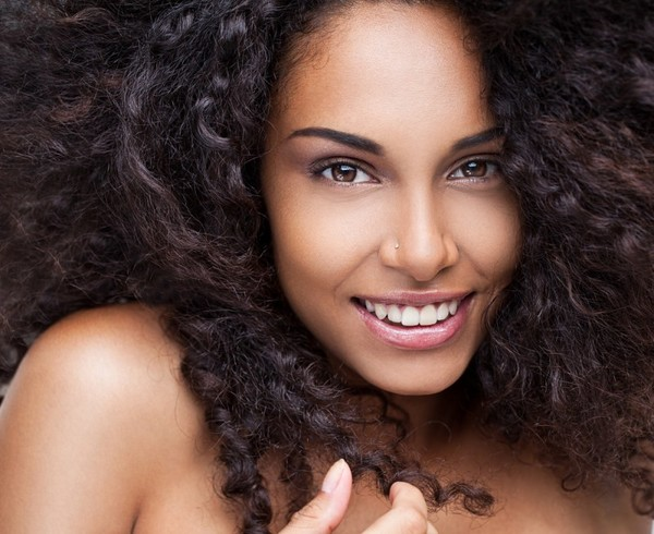 Сделать кудри на волосах с помощью бигуди
