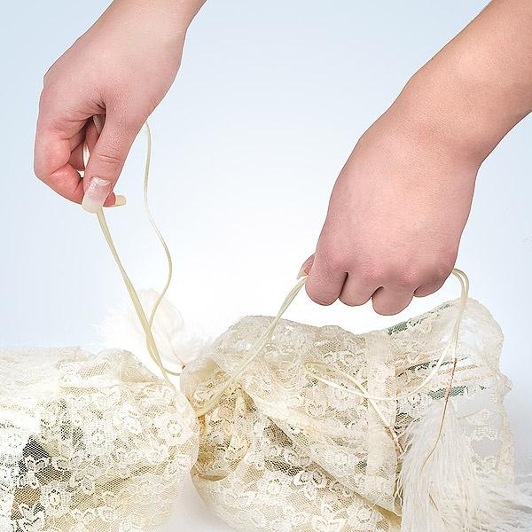 Сделаем декоративную связку букета. Обмотаем его нашими ленточками с перьями на том уровне, на котором мы делали внутреннюю связку.