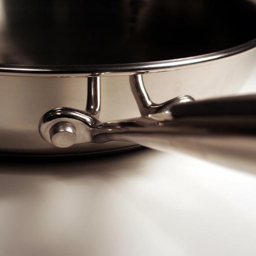 Алюминиевые сковороды быстро нагреваются, достаточно легкие и стоят недорого.