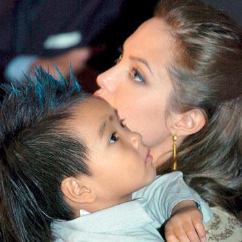 Мэддокс с мамой Анжелиной Джоли