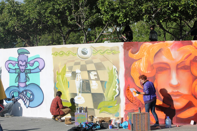 Понаблюдать, как художники в живом времени рисуют 20-метровое граффити.