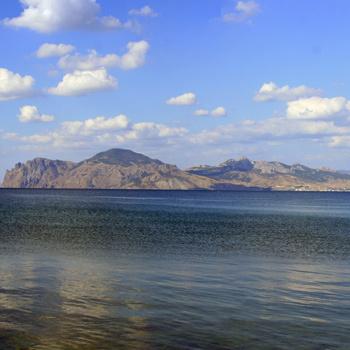 Широко открытая бухта Двухъякорная известна рыбакам своим буйным нравом.