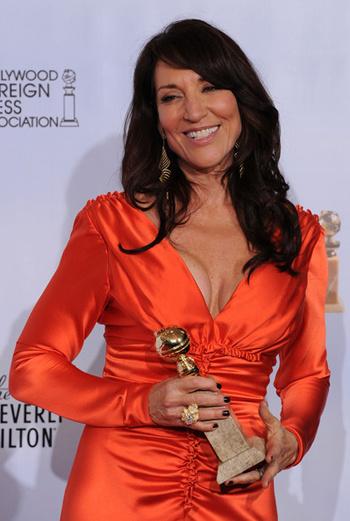 Лучшая женская роль в драматическом сериале – Кэти Сагал в работе «Сыновья Анархии».