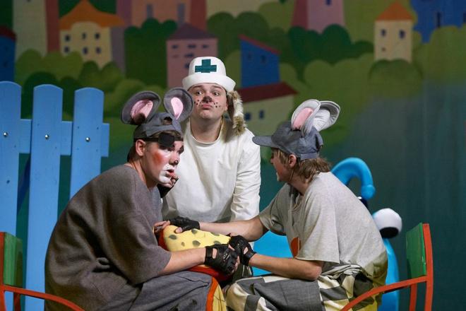 Сцена из спектакля «Приключение кота Леопольда»