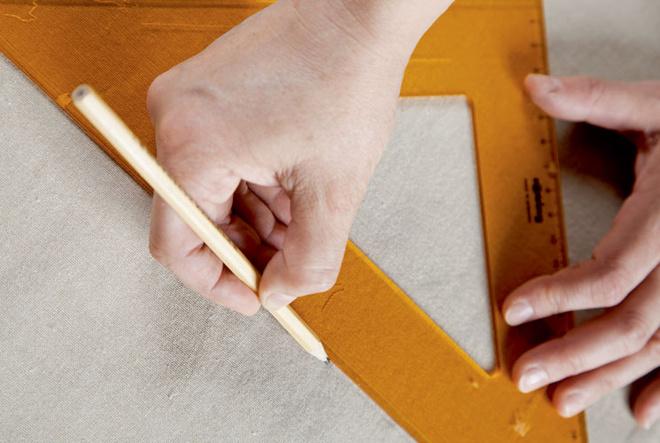 Льняную ткань размечают и раскраивают. Всего понадобится шесть полотен размером 152×50 см и 12 карманов размером 30 × 25 см.