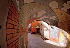 Типичный таллинский проход в средневековый внутренний дворик