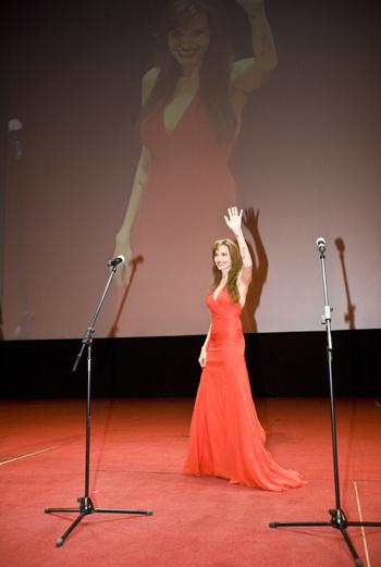 Этот визит в Москву был для Энджи третьим. Раннее актриса приезжала представлять в России фильмы «Лара Крофт» и «Лихорадка».