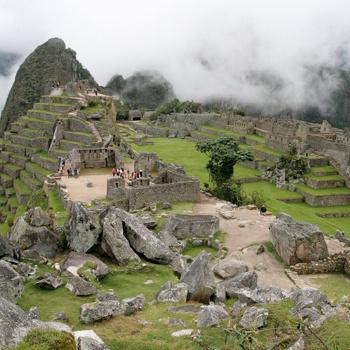 Из-за туристов, приезжающих в город, Мачу-Пикчу был внесен в список исчезающих архитектурных объектов.