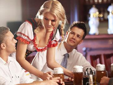 Официанток не редко заставляют флиртовать с клиентами