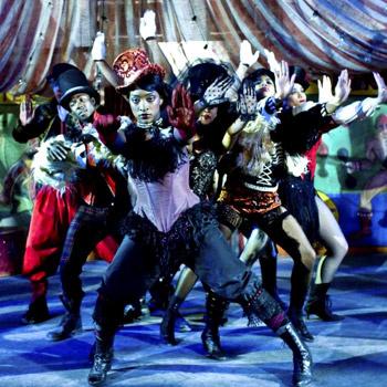 «Слава» рассказывает о реально существующей школе искусств Нью-Йорка, в которой преподают музыку, танец и актерское мастерство.