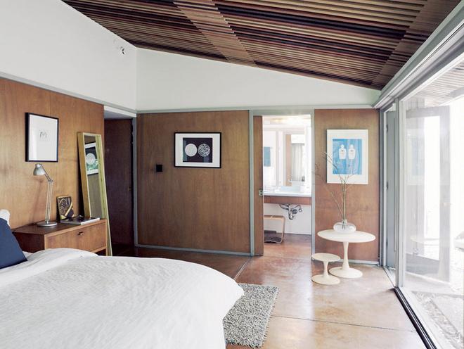 Спальню и ванную разделяет раздвижная дверь. Столики спроектированы Эриком.