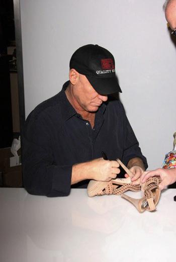 На встречи со Стивом Мэдденом они приносят свои любимые модели обуви, чтобы дизайнер оставил свои автограф.