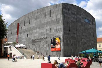 В MUMOK собраны в основном работы американского поп-арта, перемежающиеся работами представителей континентальных движений, таких как гиперреализм 1960-70-х годов.