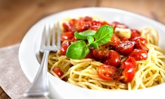 Такая простая итальянская кухня: спагетти с помидорами и сыром