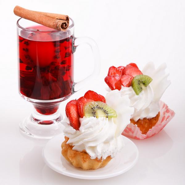 Уподобившись голландцам, можете уплетать с глинтвейном пончики и пышки либо на немецкий манер закусывать «пылающее вино» любимыми пирожными.