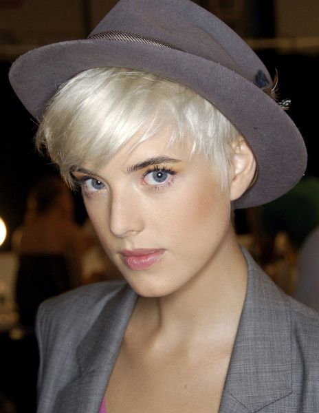 Тренд налицо: звездные блондинки с контрастными темными бровями | галерея [1] фото [17]
