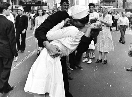 Поцелуй 14 августа 1945 года