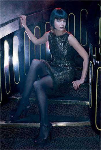 Платье, Oscar de la Renta; туфли, Gucci; колготки, Wolford