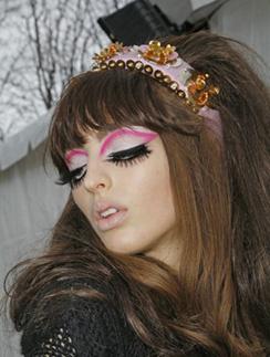 Макияж и прически на показе Dior осень-2008 были вдохновлены стилем Эми Уайнхаус