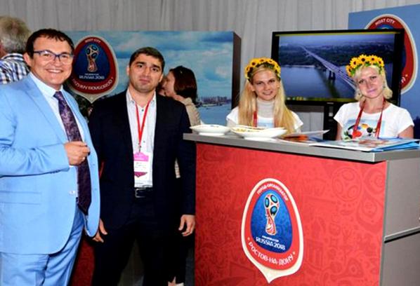 Дмитрий Дибров и Вартерес Самургашев возле стенда Ростова-на-Дону