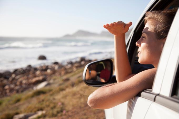 Девушка смотрит из онка автомобиля