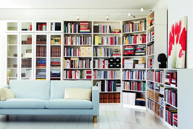 Ориентироваться в многочисленных книгах позволят встроенные светильники или лампы-прищепки. Система стеллажей «Билли» от IKEA