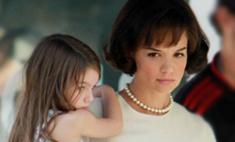 Кэти Холмс в роли Жаклин Кеннеди. Фото