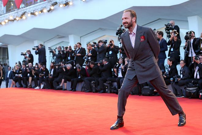Рэйф Файнс устроил танцы на кинофестивале в Венеции