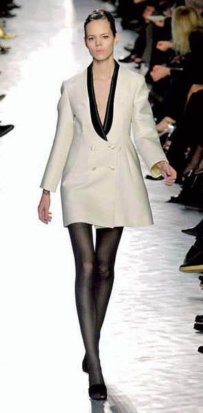 Дизайнер Стефано Пилати предлагает носить смокинг без брюк – как платье
