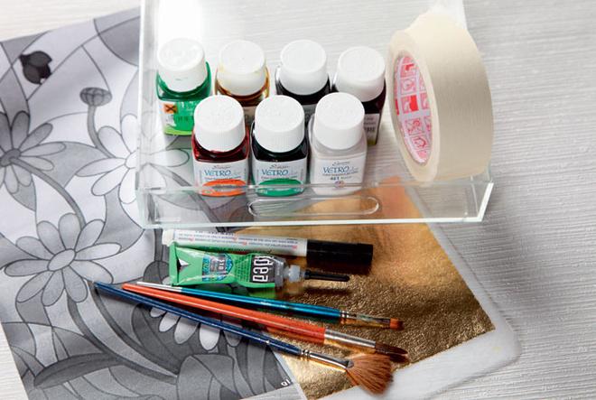 Для работы нужны: прозрачный пластиковый поднос, краска-контур длястекла, краски для росписи стекла, эскиз рисунка, кисти, листовое (сусальное) золото, малярный скотч.