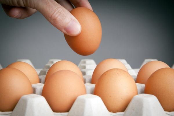 Как проверить яйца на свежесть. Видео