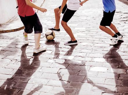Подростки играют в футбол