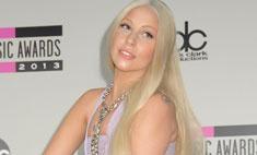 Леди Гага появилась на красной ковровой дорожке на коне