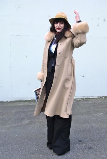 Пальто цвета топленого молока с опушкой, широкие легкие летящие брюки, короткий пиджак – образ романтичной мечтательницы дополняет красивая шляпа. Эта красавица была замечена fashion-блоггером Face Hunter на Парижской неделе моды.