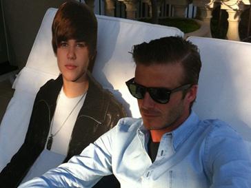 Дэвид Бекхэм (David Beckham) в компании картонного Джастина Бибера (Justin Bieber)