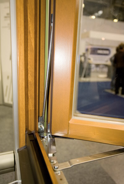 К рычагу нижнего крепления подключен датчик системы сигнализации (MACO)