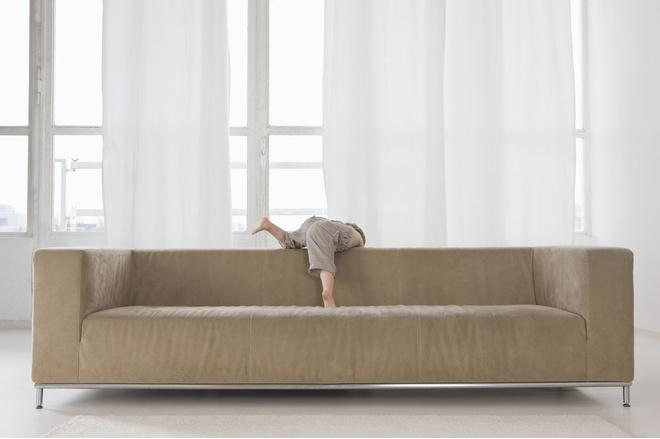 ребенок упал с дивана - как правильно себя вести?