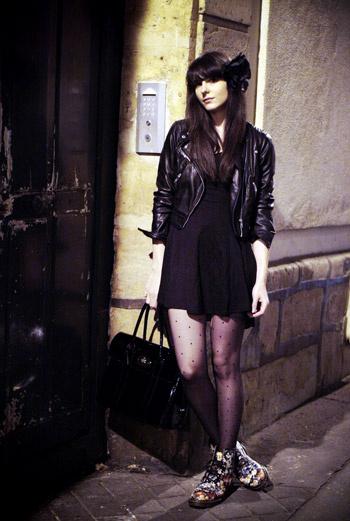 Черный – цвет рок-н-ролльного шика. Выберите кожаную куртку, легкое шелковое платье и ботинки Dr. Martens с цветочным принтом – получится образ с правильными соотношением инфантильности и романтики. Относиться чересчур серьезно к такой особе просто невозможно!