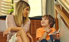 Милота дня: Энистон подружилась с маленьким мальчиком