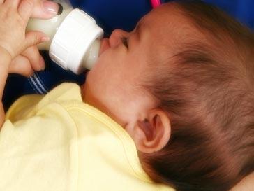 Ребенок с молочной смесью