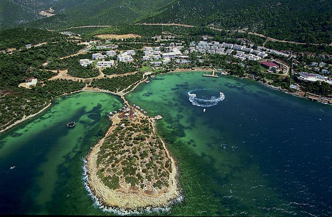 Отель считается одним из лучших на побережье. Его окружает густой лес из сосен и эвкалиптов.