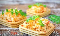 Сырная закуска с яйцом и кальмарами
